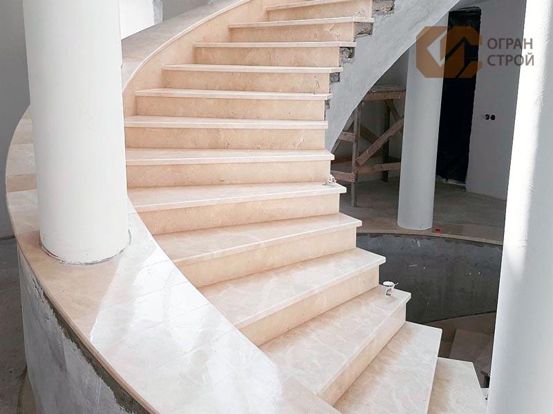 Лестница-мрамор-крема-марфил-1